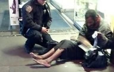 New York: la photo d'un policier offrant des chaussures à un SDF fait le buzz